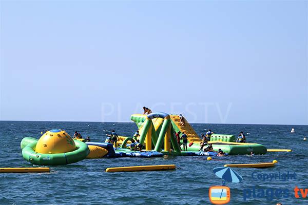 Parc aquatique pour les enfants sur la plage de Pineda de Mar