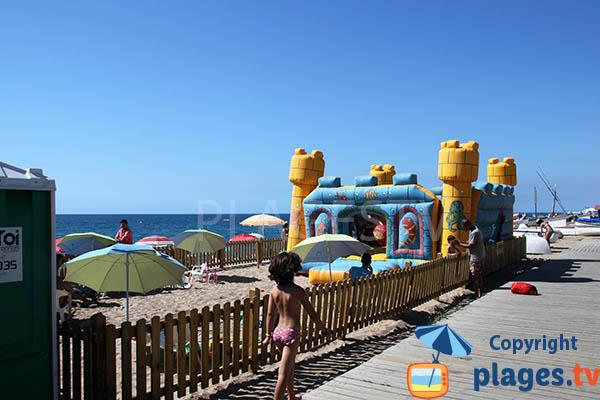 Parc pour les enfants sur le sable de la plage de Pineda de Mar