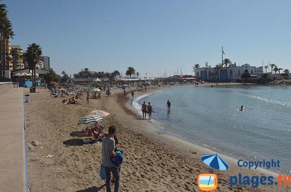Plage à côté du port de plaisance de Marbella