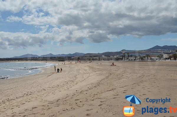 Volcans et plage de Playa Honda à Lanzarote - Canaries
