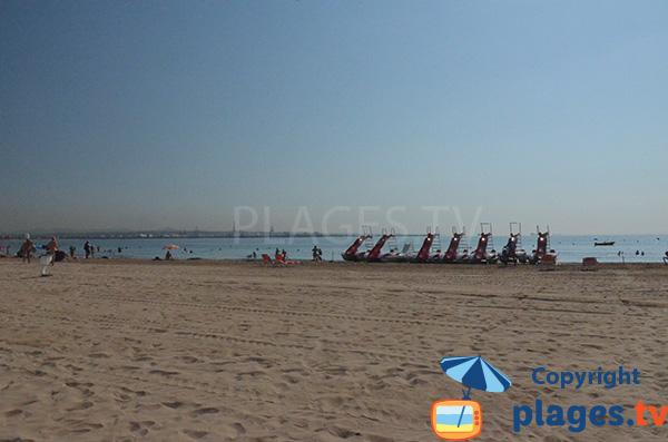 Pédalos sur la plage de Pineda à proximité de Salou