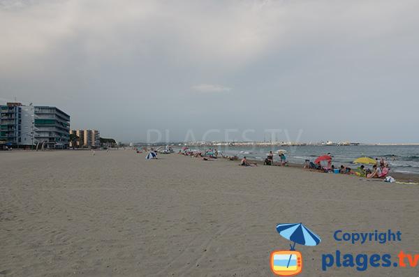 Immeubles le long de la plage de Pineda entre Salou et Tarragone