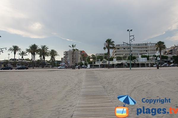 Accès pour les personnes à mobilité réduite sur la plage de Pineda