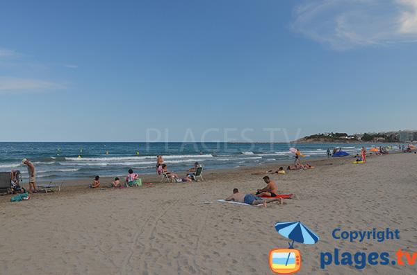 Baignade sur la plage de Pineda
