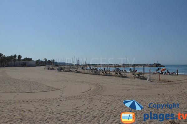 Plage après le port de Salou en Espagne