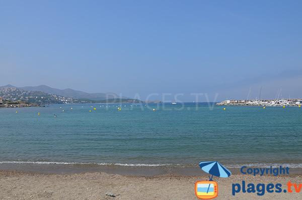 Vue le nord de la Costa Brava depuis la plage de Llança