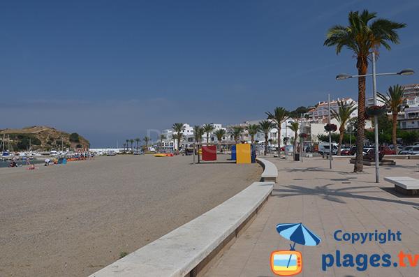 Promenade piétonne le long de la plage de Llança dans le centre ville