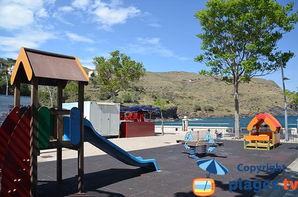 Aire de jeux pour les enfants à côté de la plage de Portbou