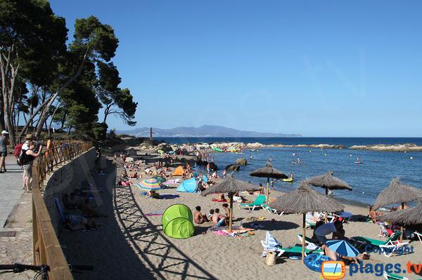 Plage avec parasols à l'Escala - Costa Brava