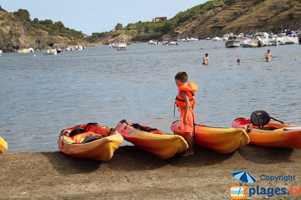 Kayak sur la plage de Cadaques