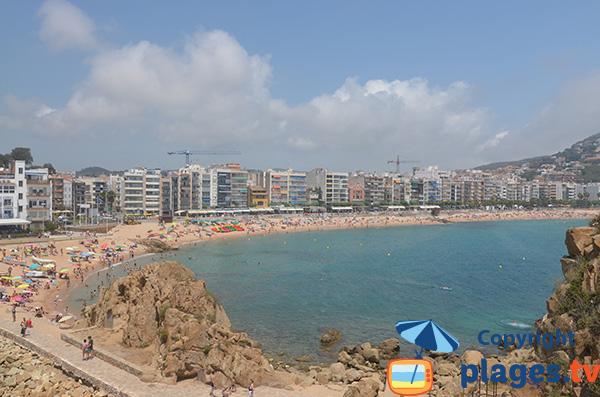 Vue de la grande plage de Blanes depuis le rocher de Sa Palomera - Espagne