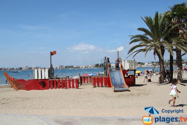 Jeux pour les enfants sur la plage de Roses