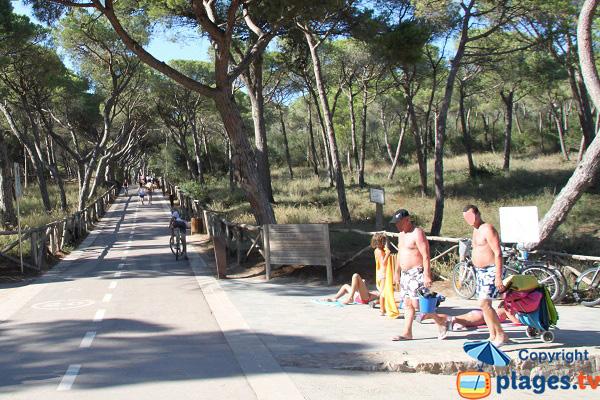 Parking et piste cyclable à proximité de la plage de l'Escala