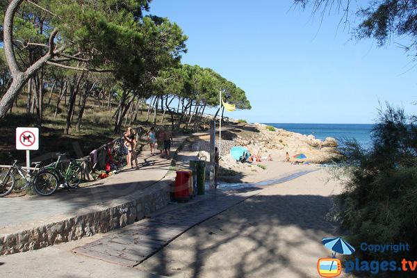 Sentier côtier de la plage de Rec del Moli en Espagne