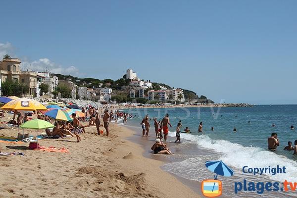 Plage à proximité du centre ville de Sant Pol de Mar en Espagne