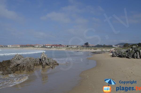 Rochers sur la plage de Ris à Noja