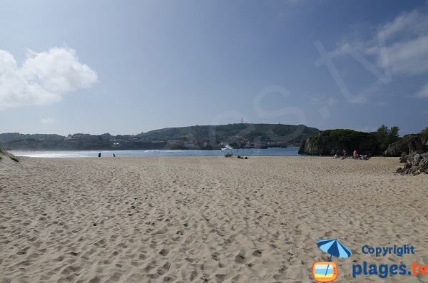 Plage de Ris à Noja avec vue sur Isla-Playa