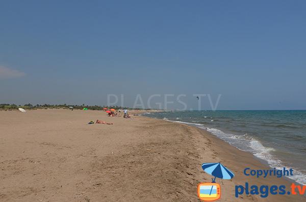 Plage de sable fin à Sant Pere Pescador à la limite de l'Escala