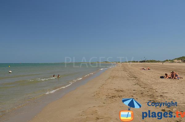 Baignade à Riumar dans le delta de l'Ebre en Espagne