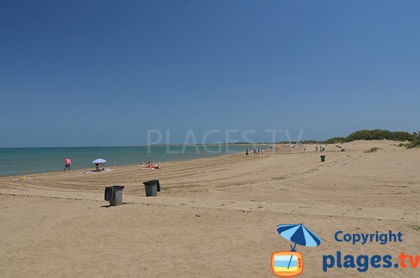 Belle plage à Riumar dans le delta de l'Ebre en Espagne