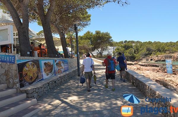 Promenade piétonne à Portinatx en bord de mer