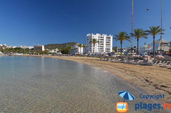 Plage à côté du port de Sant Antoni de Portmany à Ibiza