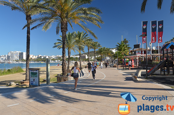 Promenade piétonne de la plage de Sant Antoni de Portmany à Ibiza
