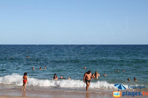 Baignade dans la crique de Sa Boadella à Lloret de Mar