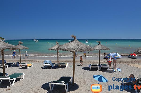 Chaises longues avec une mer turquoise - Majorque
