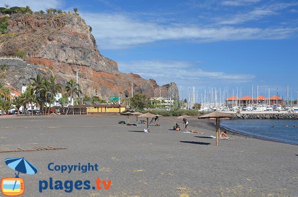 Plage de sable gris dans le centre ville de San Sebastian de Gomera