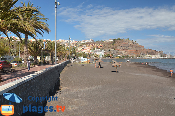 Vue sur le port depuis la plage de San Sebastian sur l'ile de la Gomera