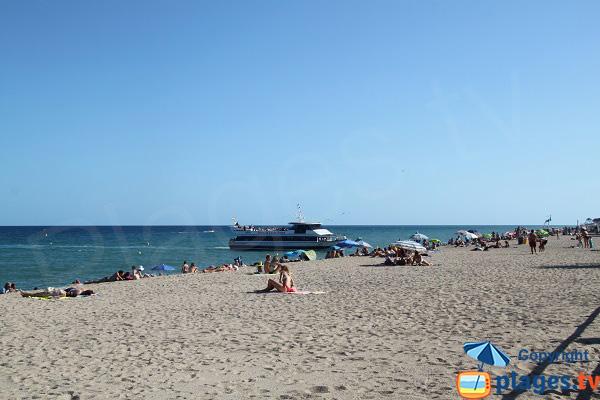 accostage de bateaux sur la plage de Blanes