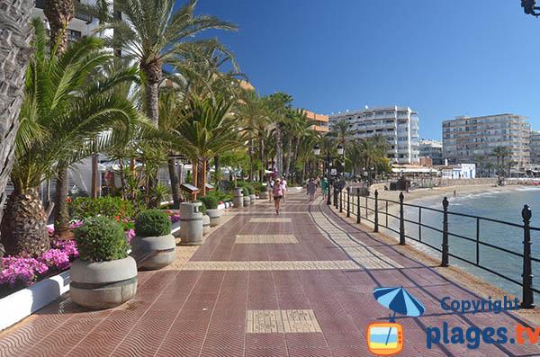 Promenade piétonne le long de la plage de Santa Eulalia Des Riu