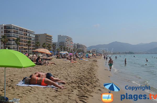 Baignade sur la plage de Santa Margarida à Roses - Espagne