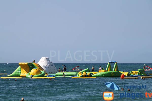 Jeux pour les enfants dans la mer à Santa Susanna en Espagne