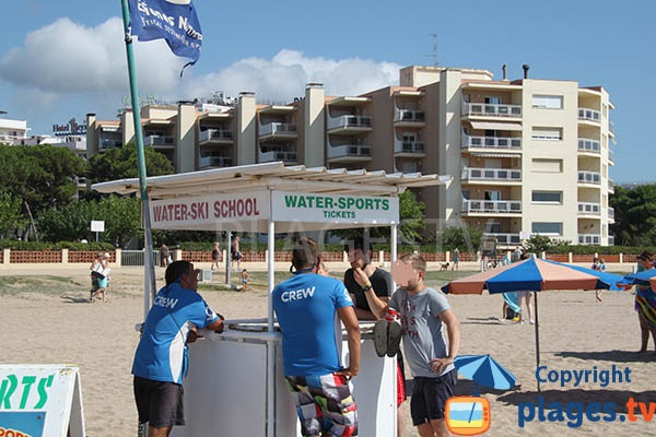 Sports nautiques sur la plage de Santa Susanna en Espagne