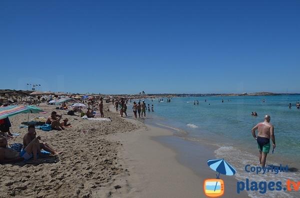 Baignade sur la plage de Ses Illetes à Formentera