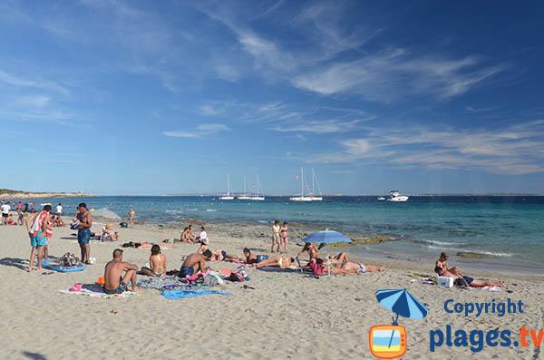 Bateaux dans la baie de la plage des Salines à Ibiza