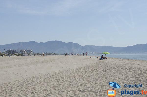 Plage de sable à Empuriabrava - Espagne
