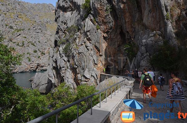 Sentier avec des tunnels pour la plage du Torrent Pareis de Sa Calobra à Majorque