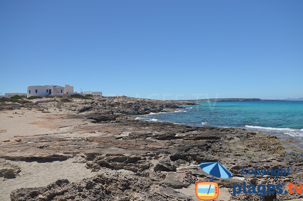 Rochers autour de la plage de Tramuntana à Es Calo - Formentera