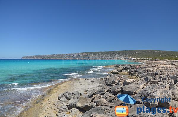Vue sur la côte nord de Formentera depuis la plage de Tramuntana