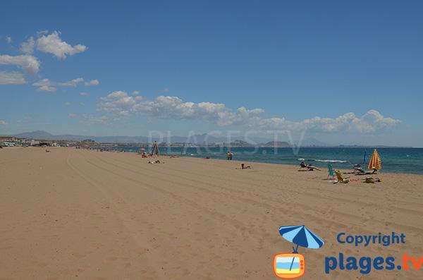 Plage d'Urbanova avec vue sur Alicante
