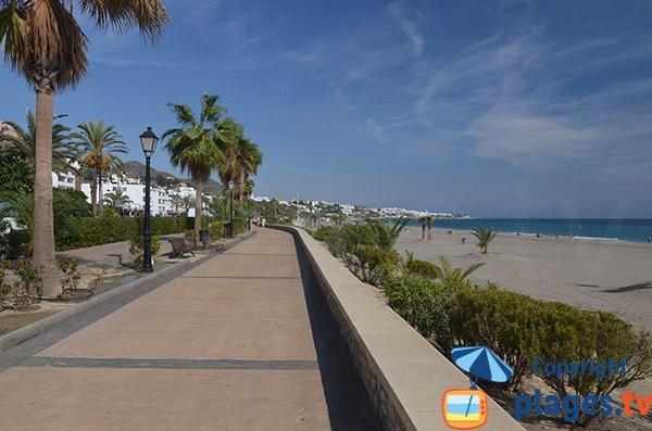 Photo de la plage de Vental del Bancal à Mojacar avec sa promenade