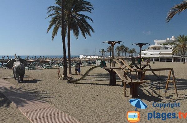 Jeux pour les enfants sur la plage de Venus à Marbella