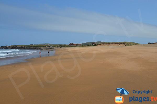 Grande plage de sable à proximité de Gijon - Espagne