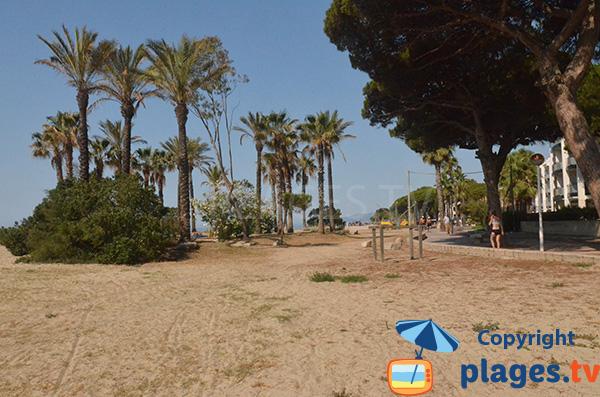 Promenade piétonne le long de la plage de Vilafortuny à Cambrils en Espagne