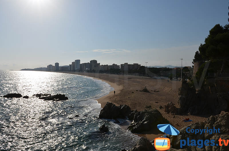 Le bord de mer de Platja d'Aro avec sa plage en direction de S'Agaro