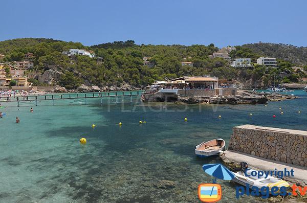 Restaurant dans l'eau sur la plage de Camp de Mar
