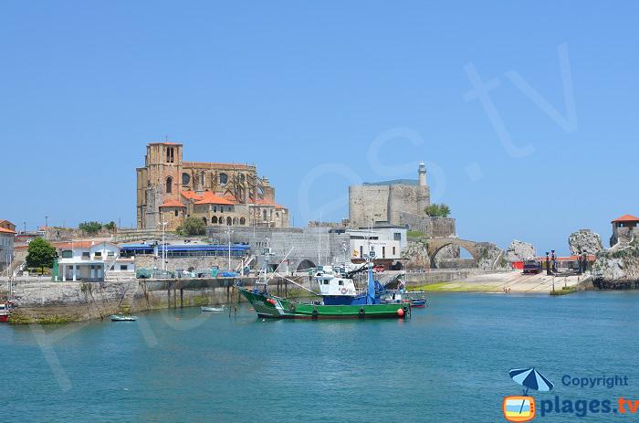 Port, église et phare et Castro Urdiales en Espagne